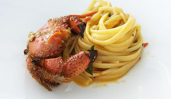 Linguine con granchio fellone e pomodorini rossi del Vesuvio