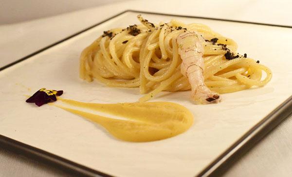 Spaghettoni aglio nero e olio, canocchie e fagioli