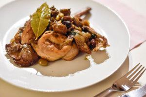 Coniglio alla ligure nel piatto