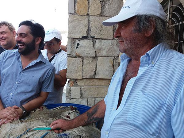 A sinistra Gianluca D'Uva, a destra uno dei pescatori