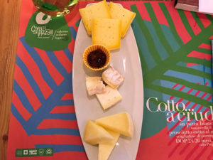 I formaggi di mucca pezzata rossa di Francesco Savoia e il formaggio molle di latte di bufala