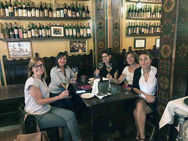 Sabrina Tedeschi, Presidente Famiglie dell'Amarone, con le giornaliste Carmen Guerriero, Aurora Pullara, Elena Caccia e Giulia Farina
