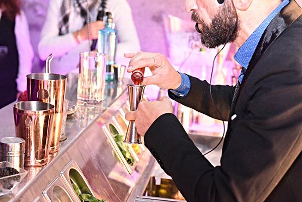 Pier Vincenzo Migliaro mentre prepara il cocktail che vincerà il primo premio