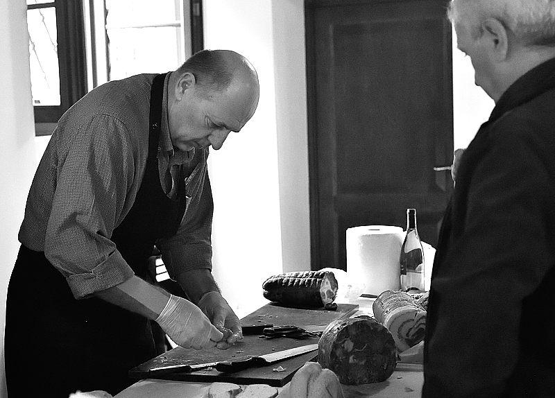 Nunzio Toselli de Lo Stallo del Pomodoro mentre prepara gli affettati per i panini