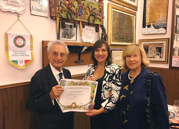 L'avv. Vittorio Alongi con la giornalista Carmen Guerriero e la signora Laura Alongi