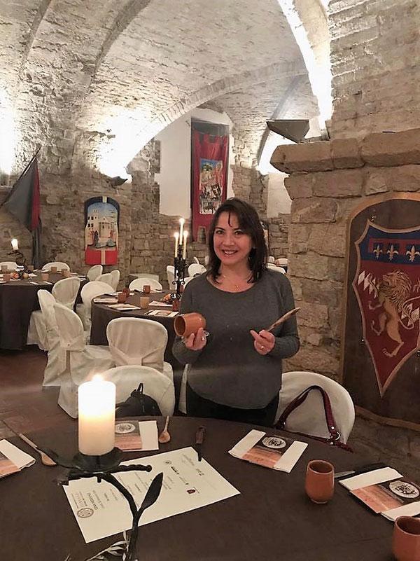 Carmen Guerriero con le uniche posate a disposizione: cucchiaio di legno e coltello