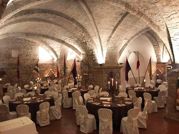 La sala del Museo del Foro Romano allestita per la cena medievale
