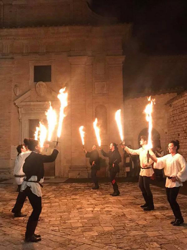 La rievocazione storica della danza delle spade di fuoco