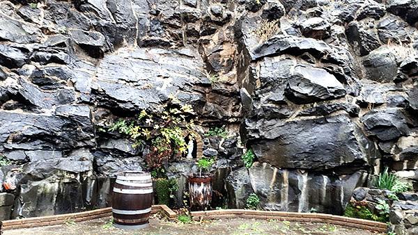 La roccia basaltica presso L'Olivella che testimonia l'origine vulcanica del territorio