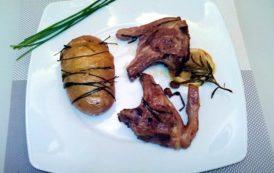 Costine di agnello al forno con patate, birra, erba cipollina e Alto Adige bianco