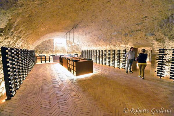 Una delle sale dove si espongono i vini