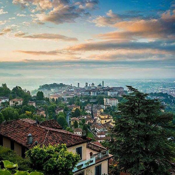Veduta di Bergamo, sua città natale