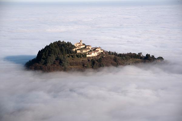 L'Eremo di Monte Rua sopra Torreglia, immerso nella nebbia, fonte www.euganeamente.it