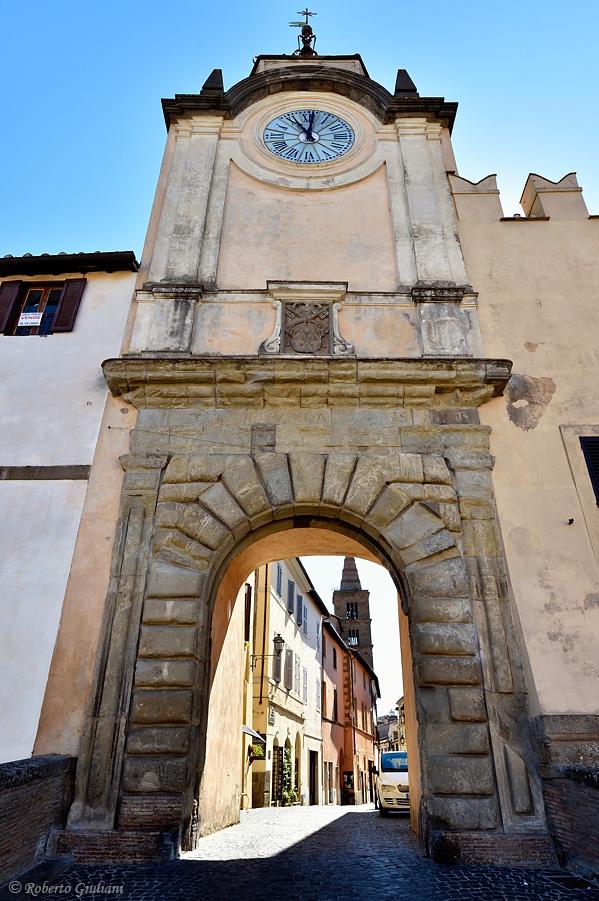 La maestosa porta d'ingresso al centro storico di Capranica con la Torre dell'orologio