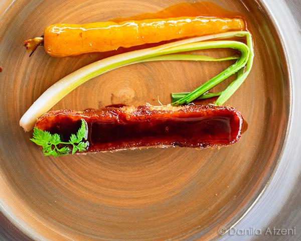 Costata di Charolaise croccante con rape radici e salsa al vino rosso