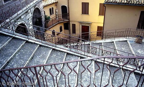 Cervara di Roma: le scale che portano alla Chiesa di Maria Santissima della Visitazione