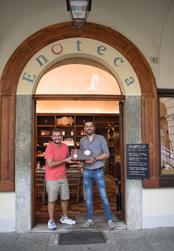 Andrea Li Calzi e Christian Carlevero all'ingresso dell'Enoteca Regionale